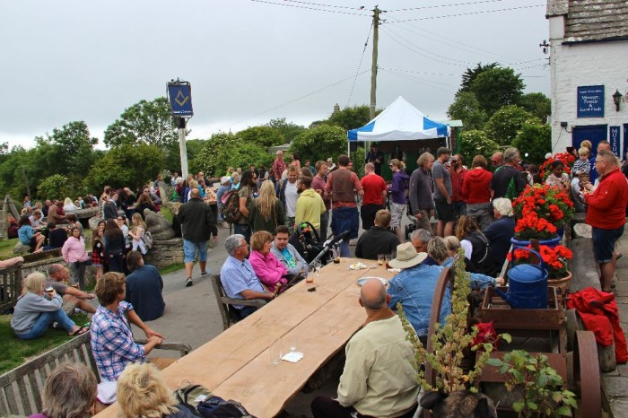 Summer ukular fun at Sixpenny Handley and the Square & Compass